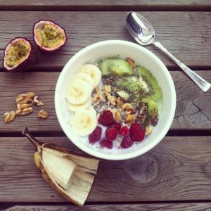 Frokosten kan enkelt varieres. Her er en versjon med kiwi og valnøtter.