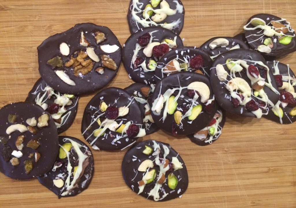 Sjokoladepletter med frukt og nøtter. Foto: Christina Loe Øqvist