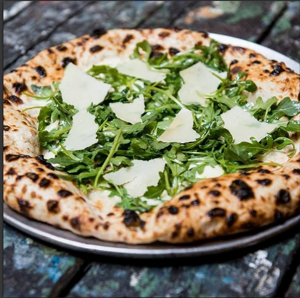 Nyt en pizza med masse ost og ruccola på Shelter Pizza i Williamsbourg. Foto: @shelterpizza