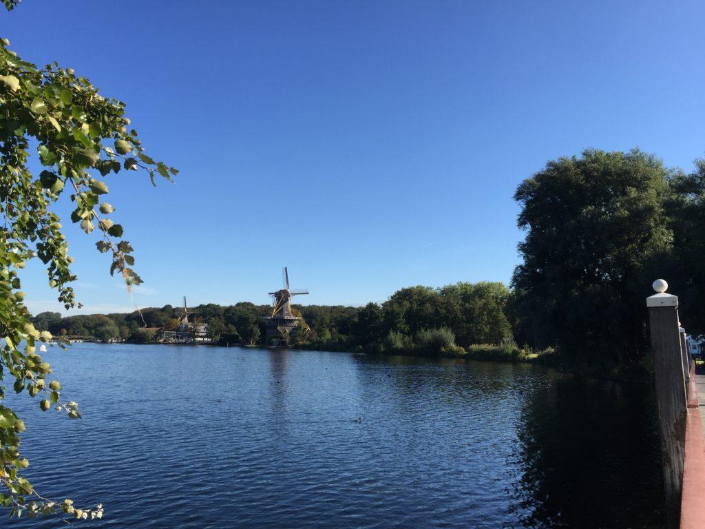 Ekte nederlandsk vindmølle ser du i parken Kralingse Bos