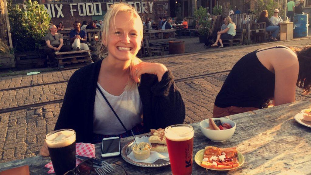 Fornøyd og blid foran Fenix Food Factory med øl fra lokale Kaapse Brouwers