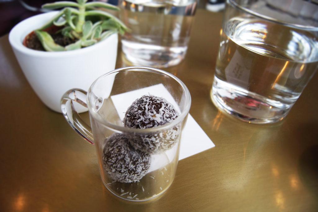 Raw balls med kokos og sjokolade.