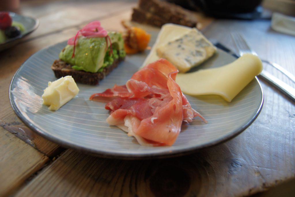 Skinke, oster og avocadotoast.