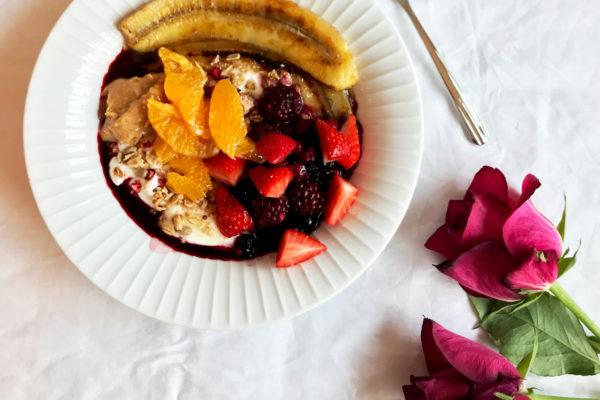 Yoghurt med stekt banan, bær, honning og peanøttsmør