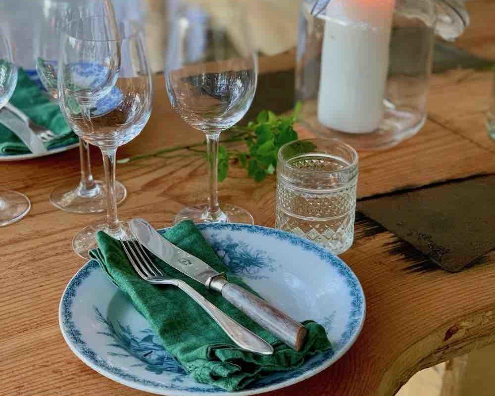 På Stedsans er få tallerkener like. Bordet pyntes med levende lys og planter fra nærmiljøet.