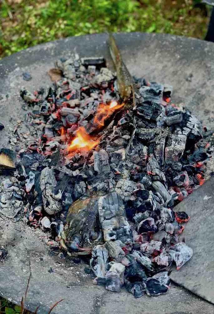 Mye av maten lages på åpen ild på kjøkkenet som ligger ute i skogen.