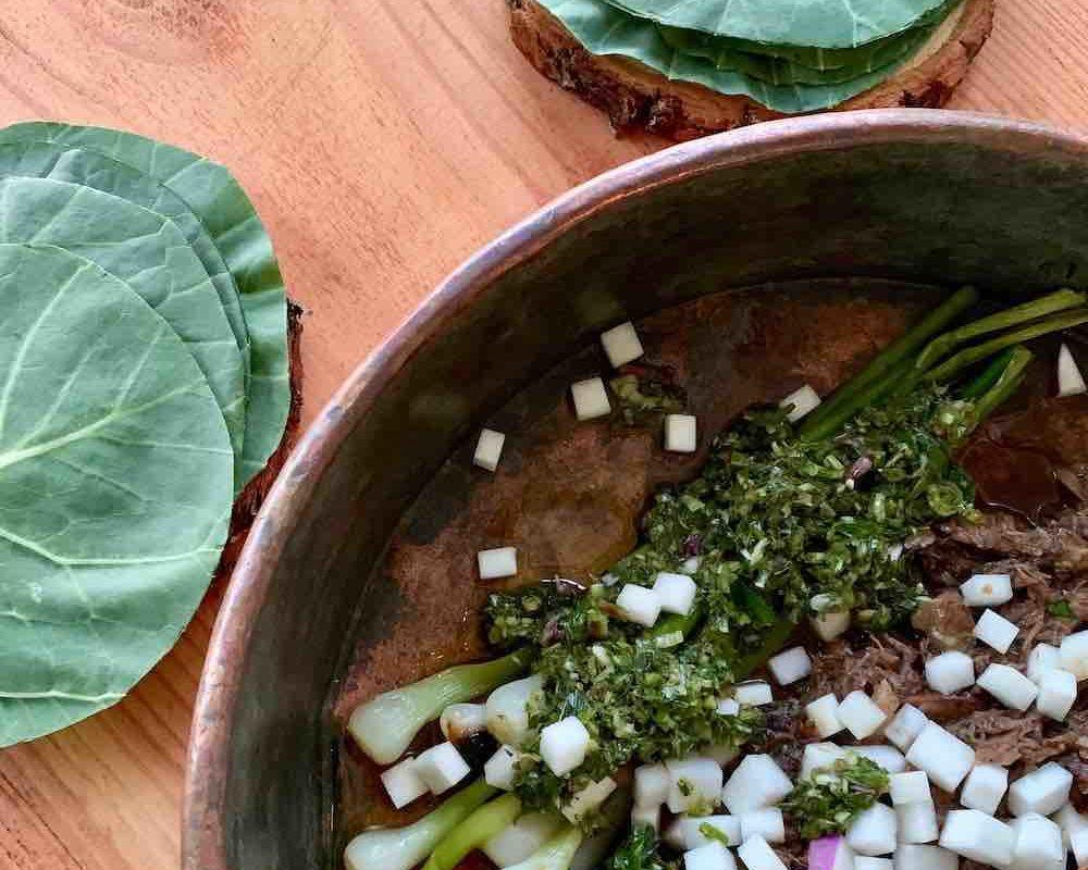 Fantastisk god oksehale-taco servert i kålblader.